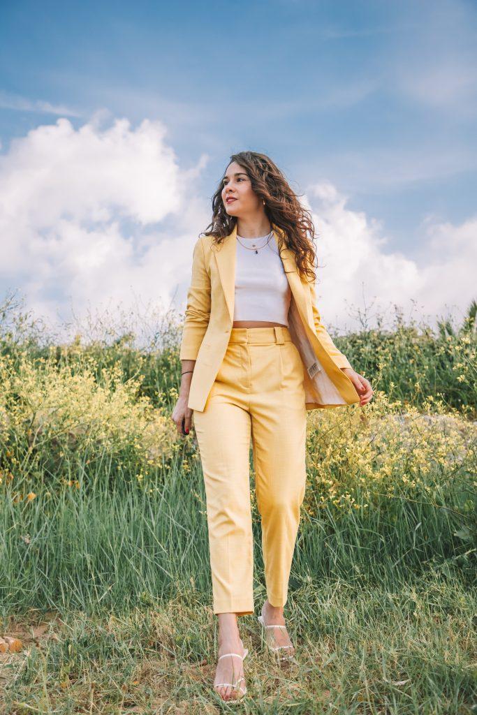 traje amarillo H&M